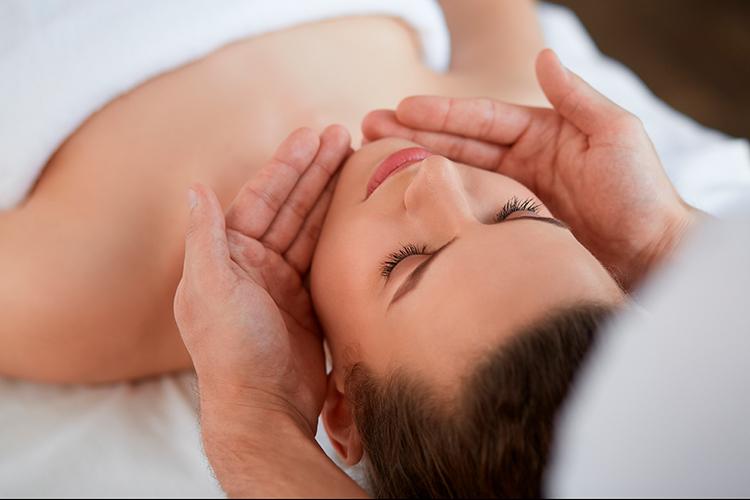 jeune-et-rand-ocean-a-pornic-massage-pour-les-bienfaits-du-jeune-massage-reflexologie-thai-visege-et-crane-avec-julie